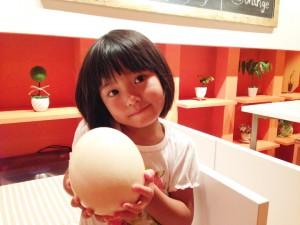 ダチョウの卵と娘