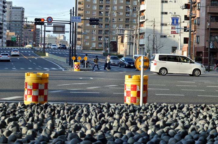 汐見橋交差点の石