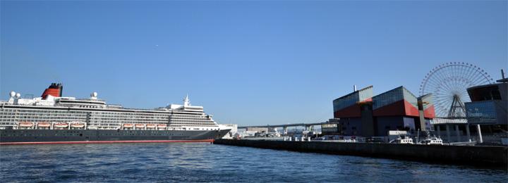 大阪港に接岸間近のクイーン・エリザベス