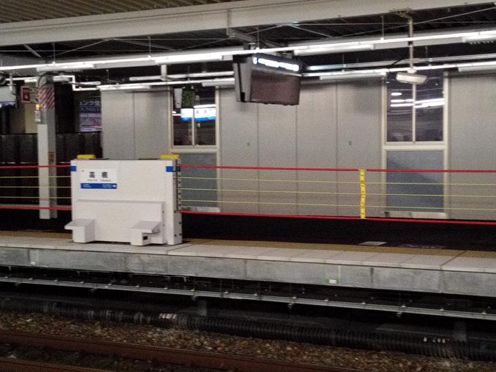 JR高槻駅に昇降式ホーム柵