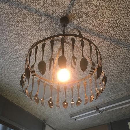 テンポ・エスカルゴ店内のインパクトある照明